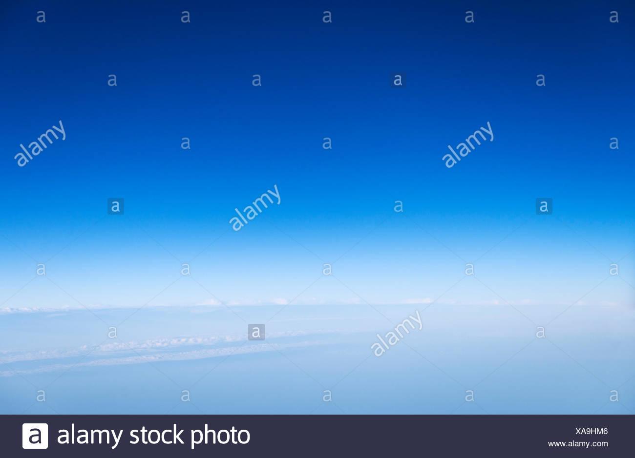 Ätherisch, blauer Himmel und Wolken. Stockbild