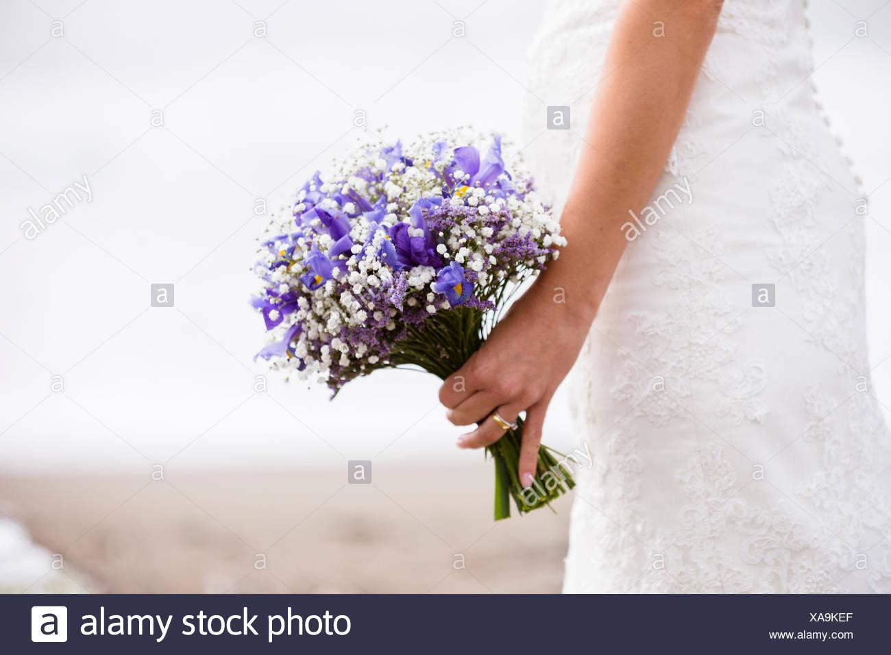 Nahaufnahme von einer Braut hält einen Blumenstrauß Stockfoto