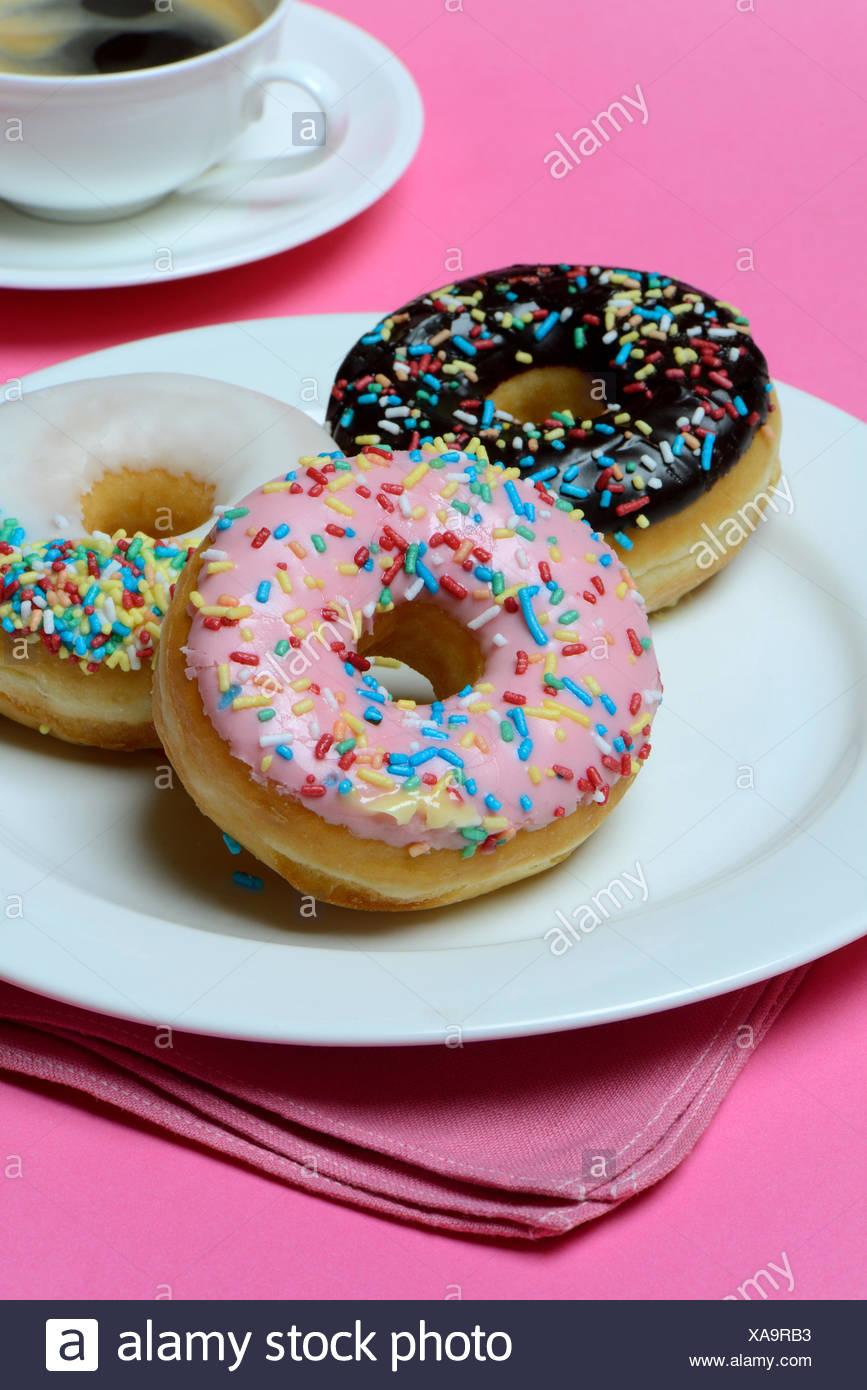 Donuts Auf Teller Und Tasse Kaffee, Suessigkeit, Zuckerguss, Zuckerglasur Stockbild