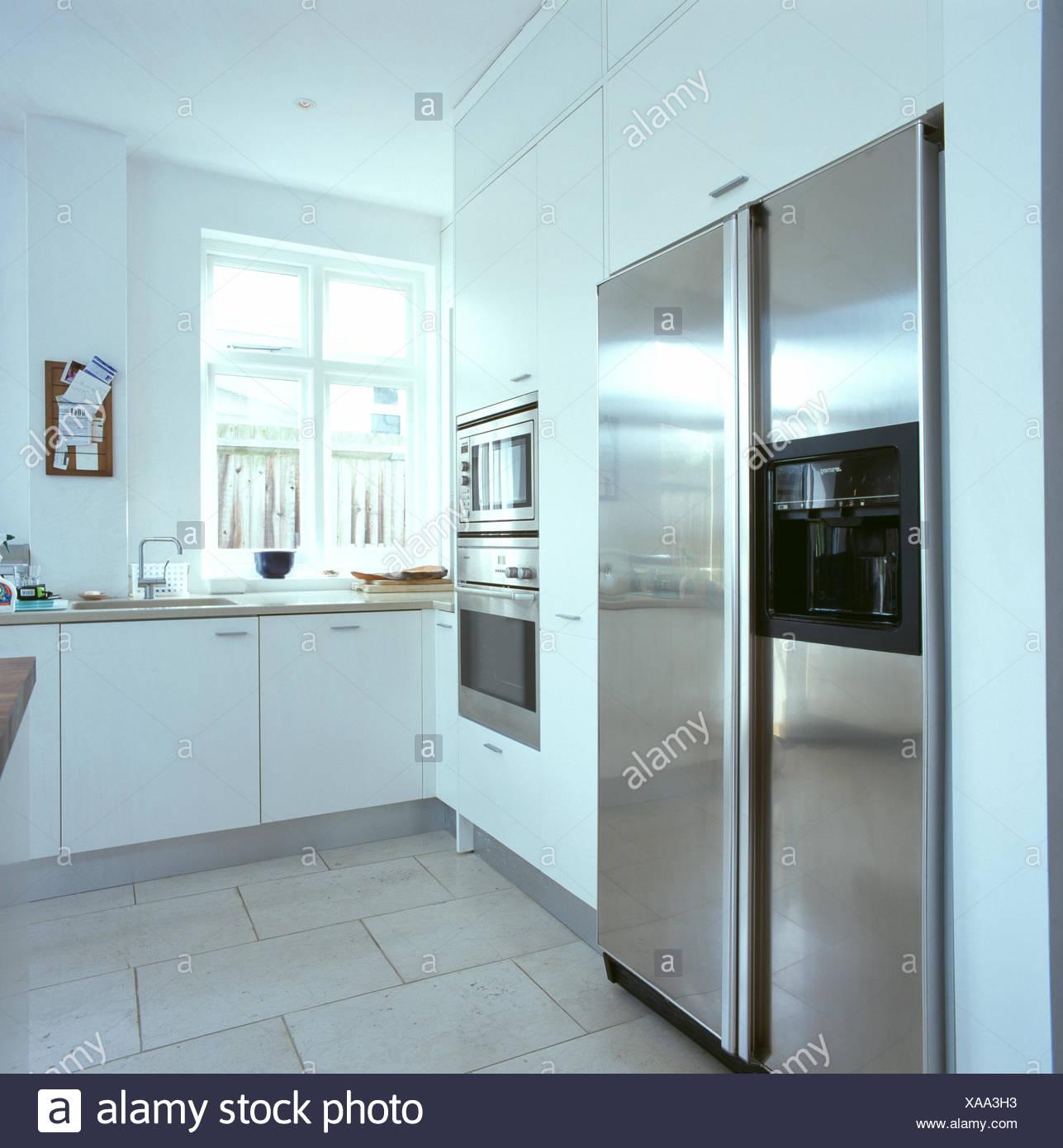 Großer amerikanischer Prägung Edelstahl-Kühlschrank in modernen ...