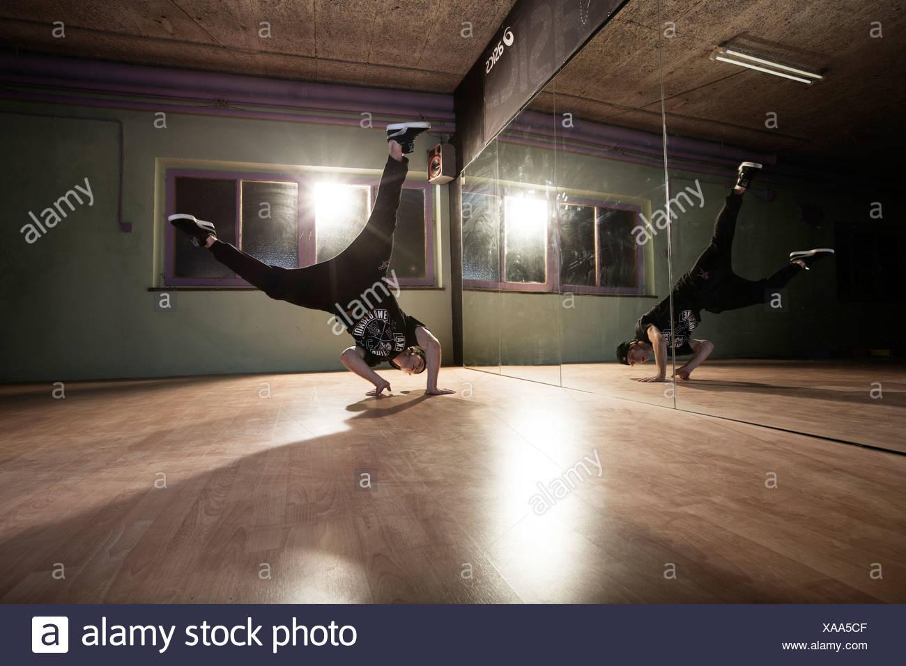 Breakdance Tanzen Vor Einem Spiegel Wand Terfens Tirol Osterreich