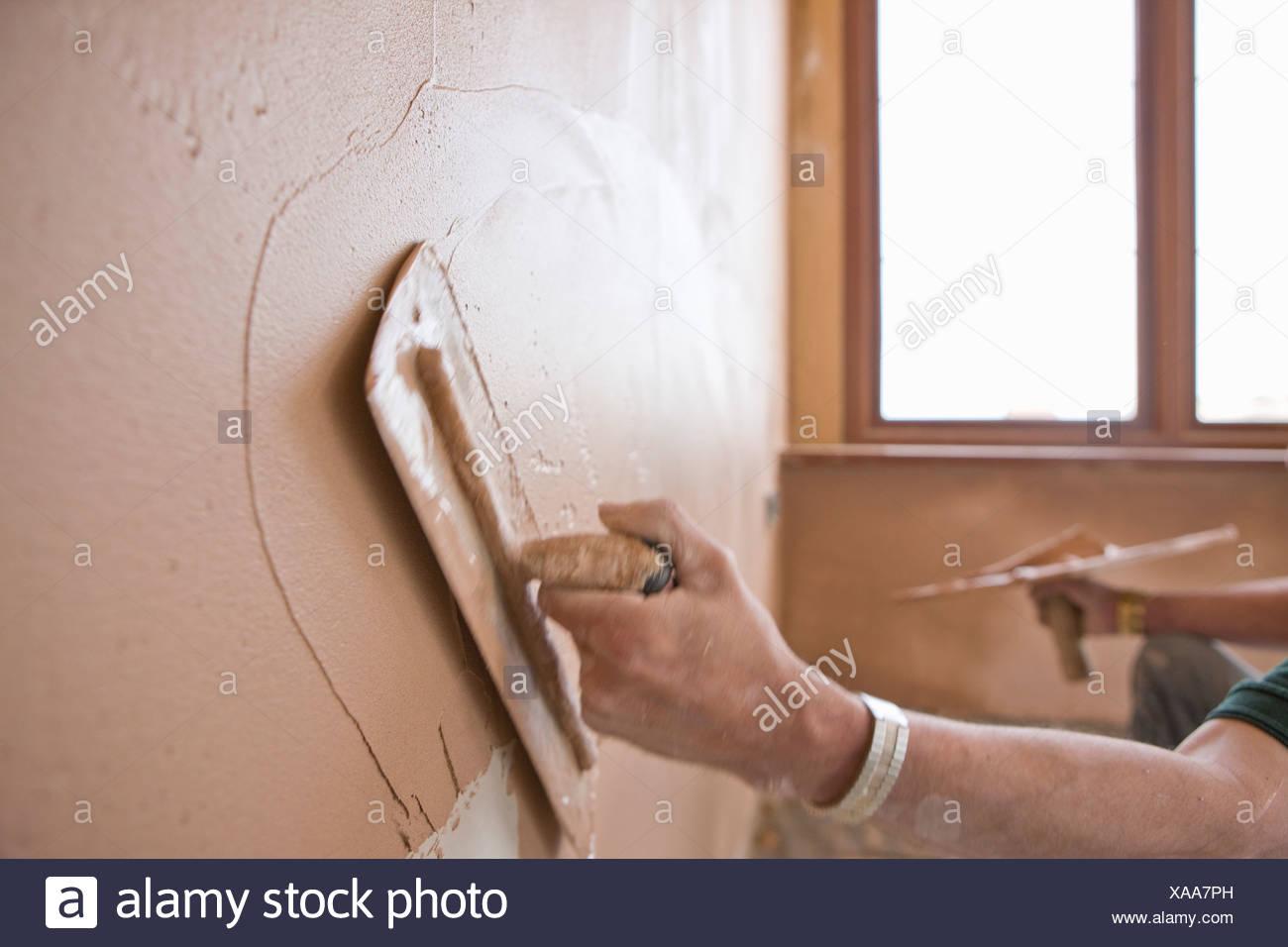 Man Verputzen Wand mit Kelle Stockfoto, Bild: 281738089 - Alamy