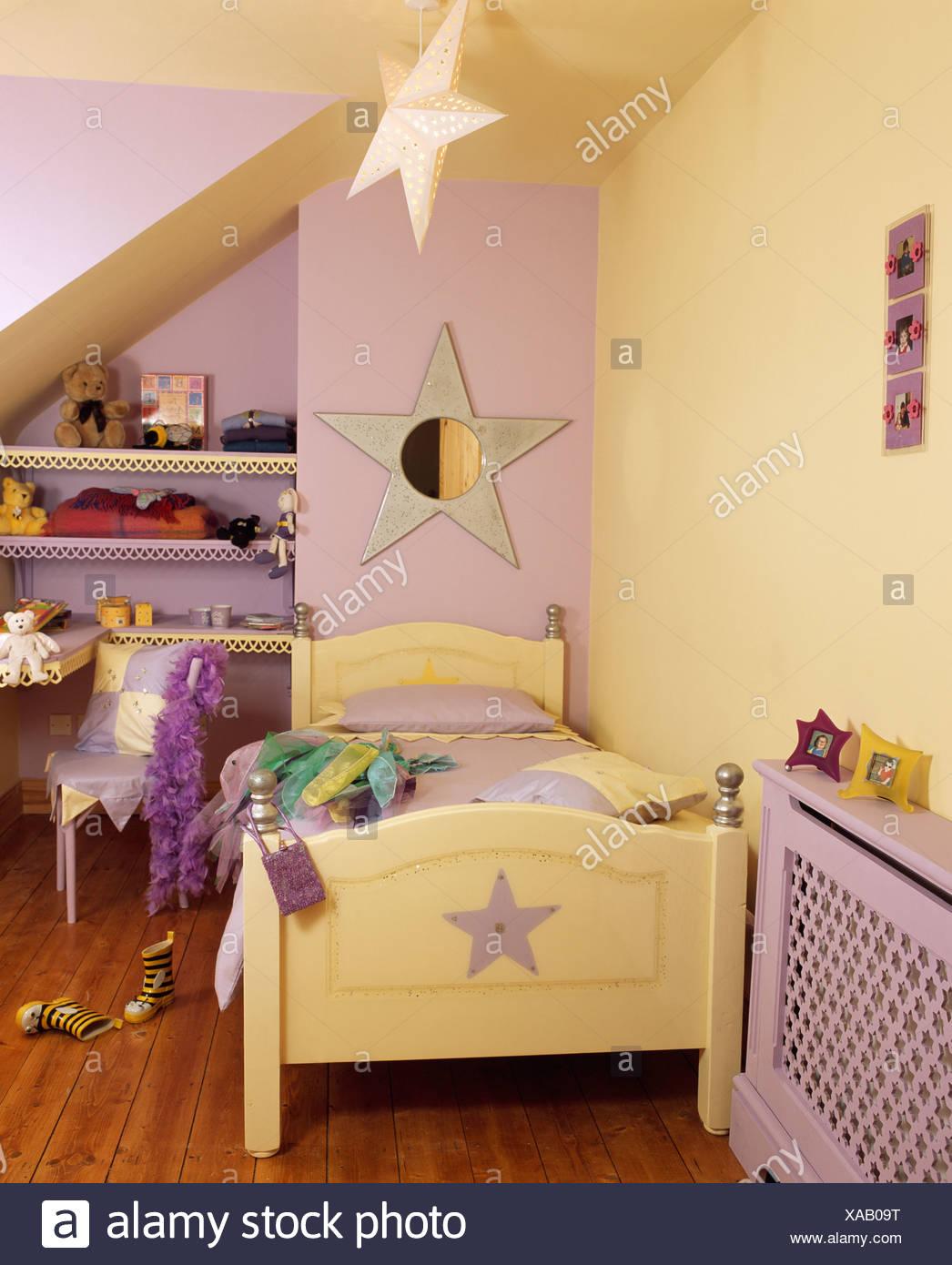 Kinderzimmer Mit Pastell Gelb Und Lila Wanden Und Blass Gelbe Bett