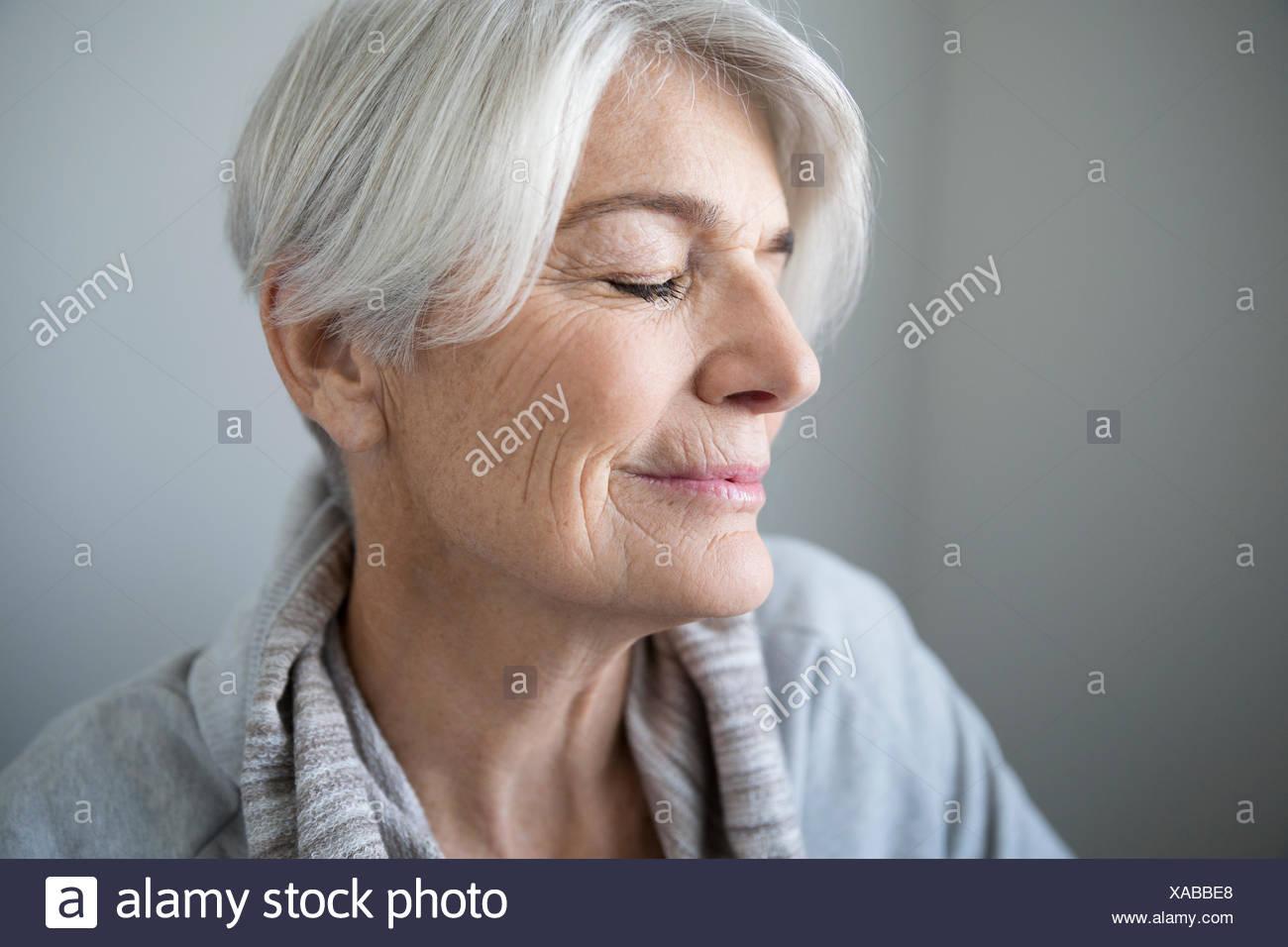 Heitere senior Porträt Frau mit geschlossenen Augen Stockbild