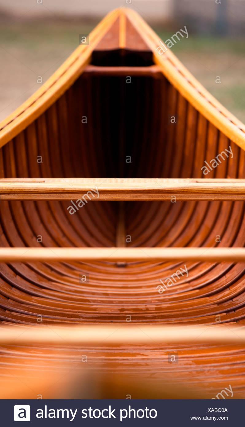 Ein Schuss über die gesamte Länge der Zeder Leinwand Streifen Kanu. Stockbild