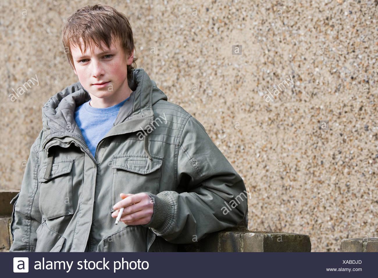 Porträt von einem Teenager Rauchen Stockbild