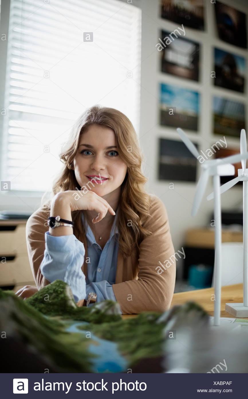 Porträt von zuversichtlich Ingenieur mit Wind-Turbine-Modelle Stockbild