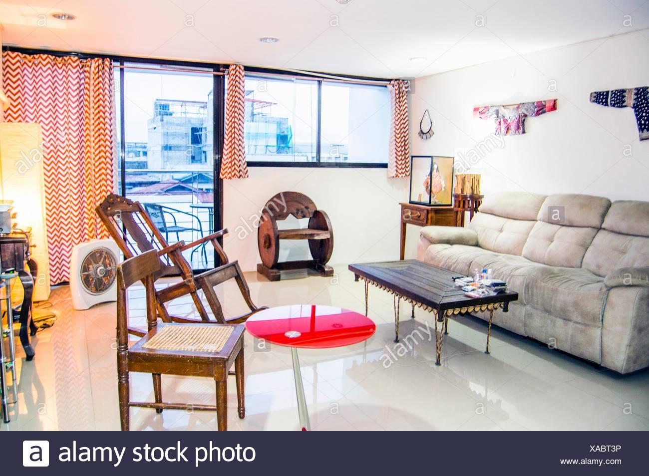 Wohnzimmer Einrichtung mit antiken und modernen Möbeln und Dekor, in ...