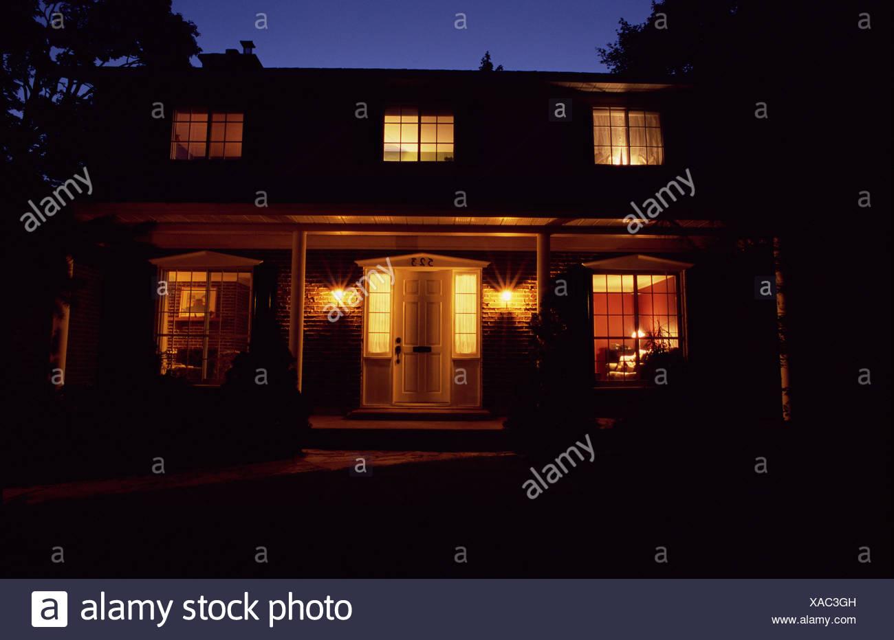 Luxus-Haus nachts beleuchtet Stockbild