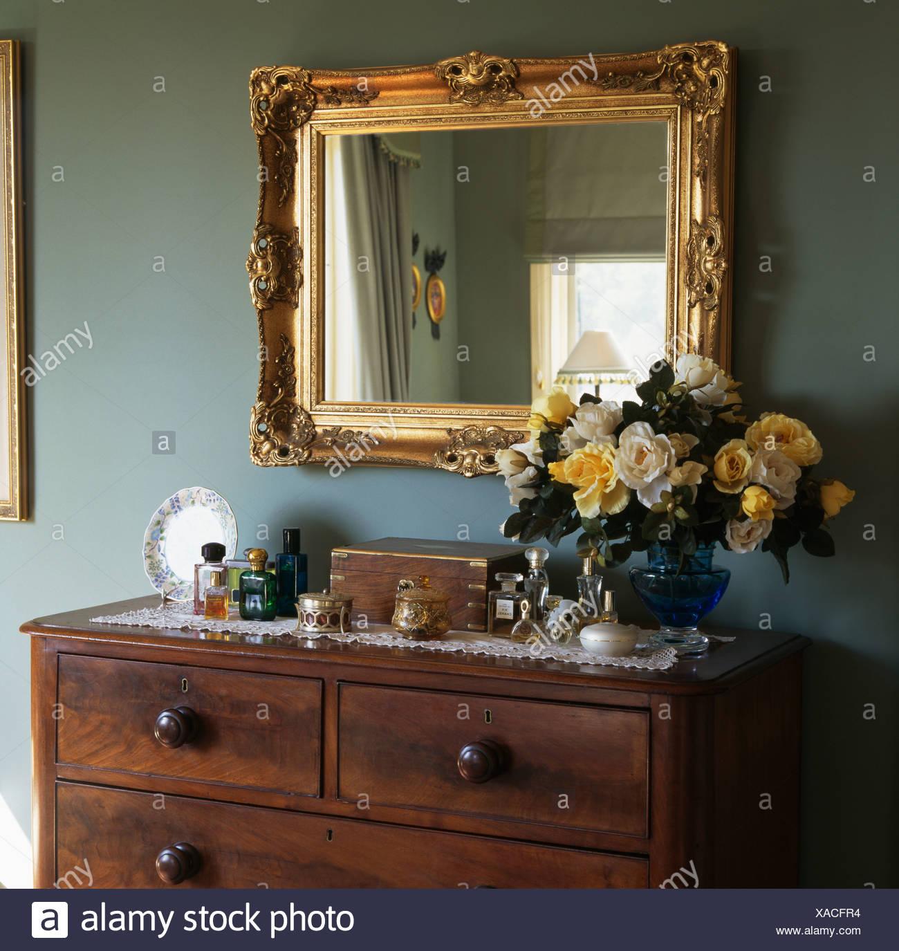 Nahaufnahme Der Grosse Vergoldete Spiegel Uber Vase Mit Gelben Rosen