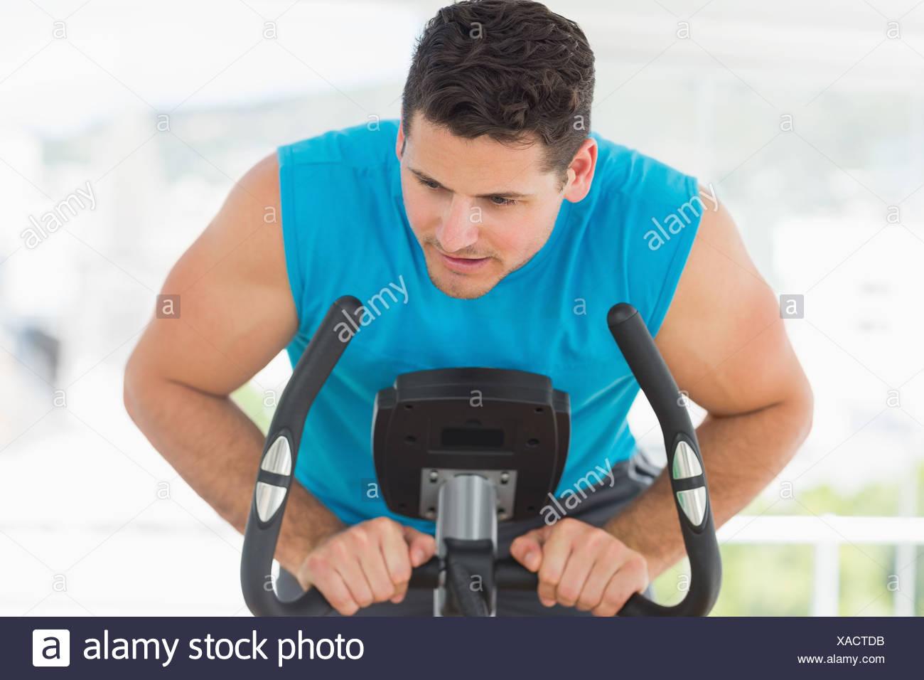 Ernster Mann im Spinnen Klasse trainieren Stockbild