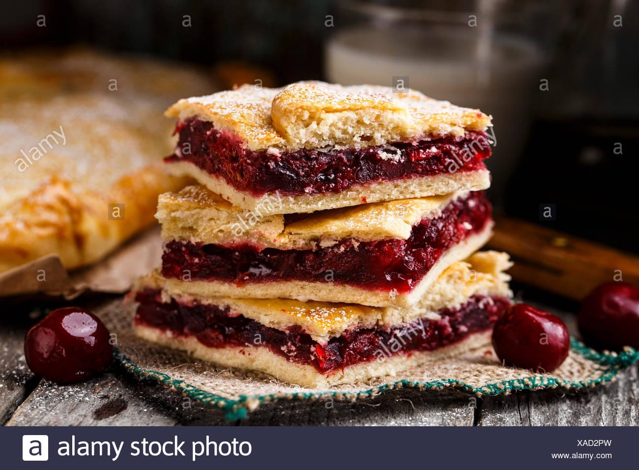 Leckere hausgemachte Kuchen, gefüllt mit süßen Kirschen Stockbild