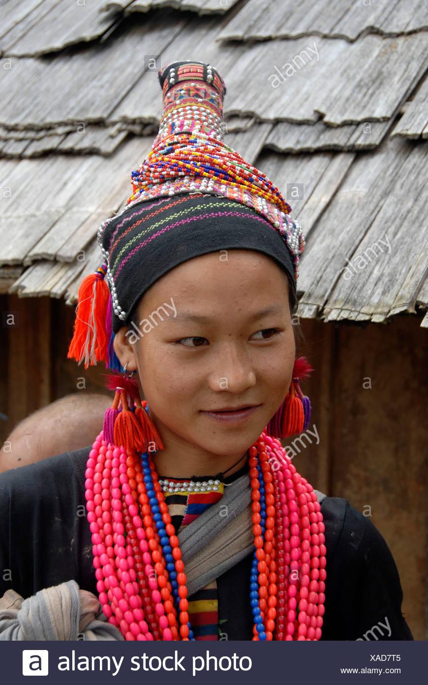 Portrait, Ethnologie, Akha Pala Mädchen gekleidet in bunten Trachten, Kopfschmuck und Halsketten, Ban Pakha, Muang Stockbild