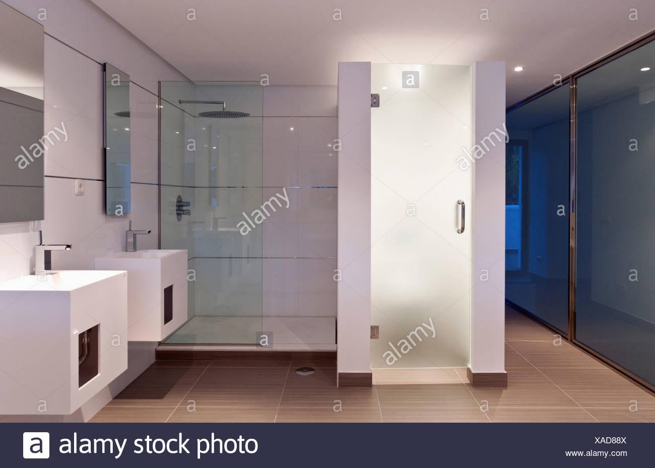 Doppel becken und walk in glas dusche schrank in modernen wei en badezimmer in neu gebauten - Badezimmer becken ...
