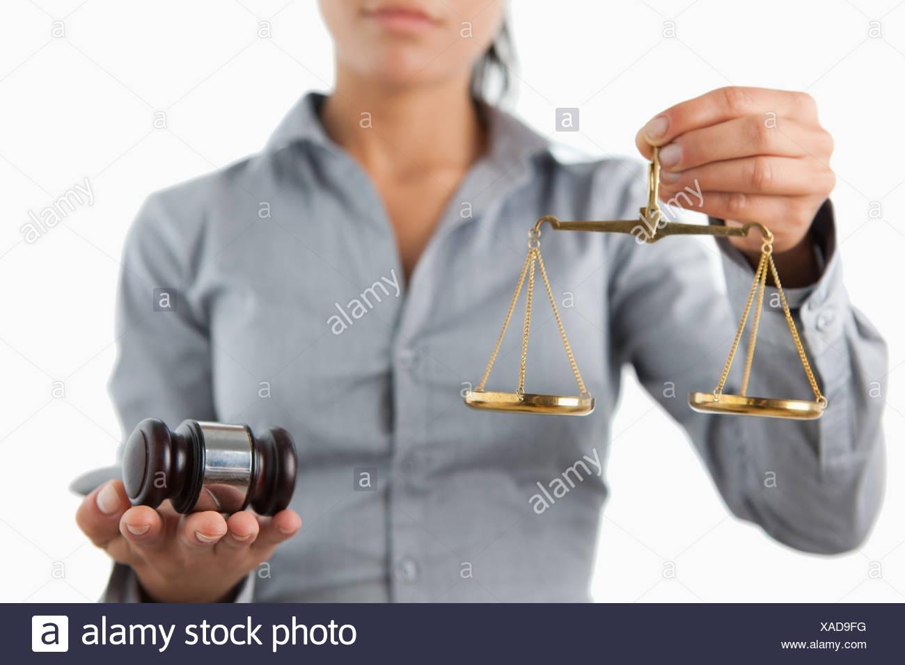 Hammer und Skalieren von weiblicher Rechtsanwalt gehalten werden Stockbild