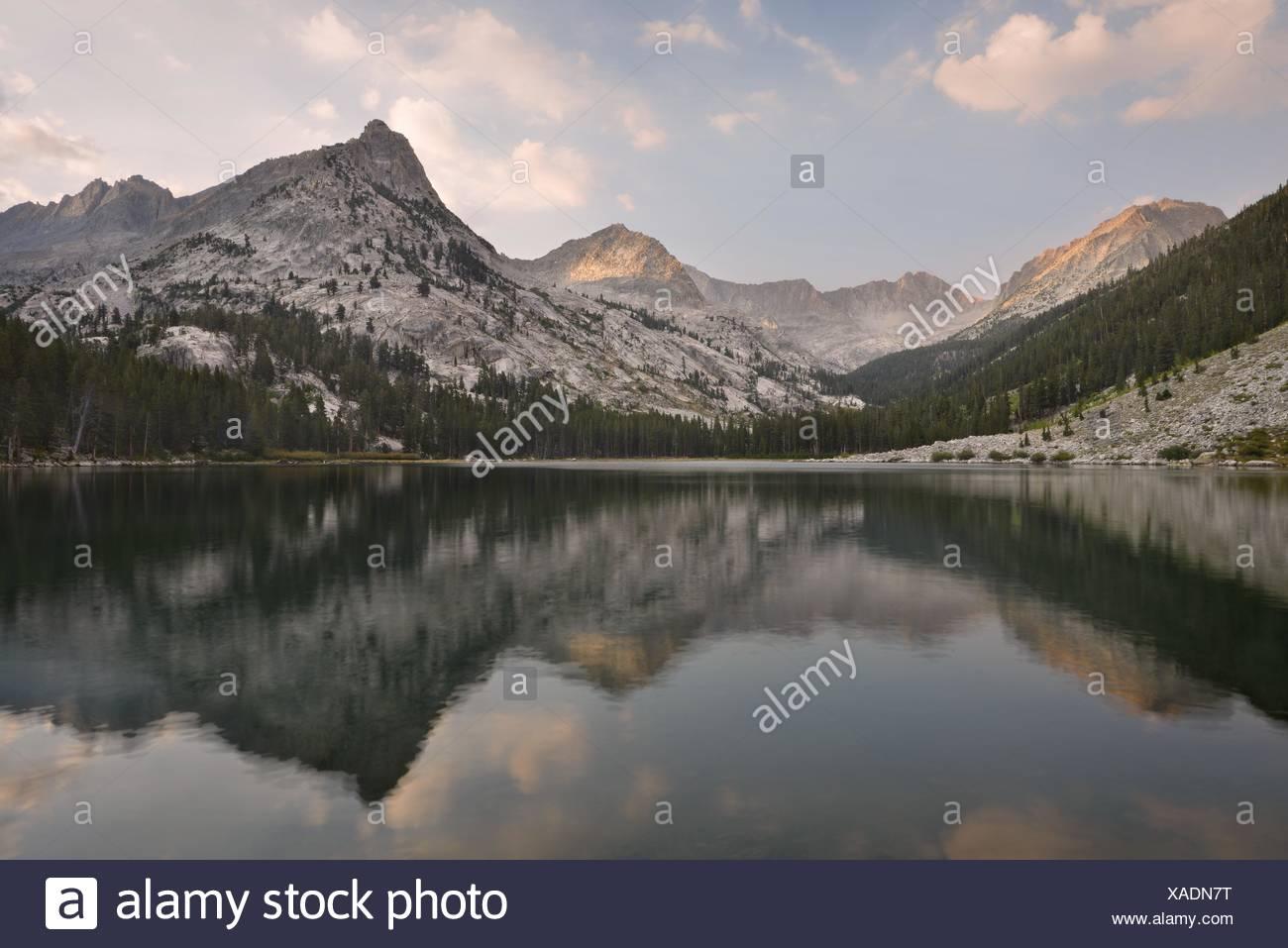 USA, California, Kings Canyon National Park, Reflexionen im Ost-See Stockbild