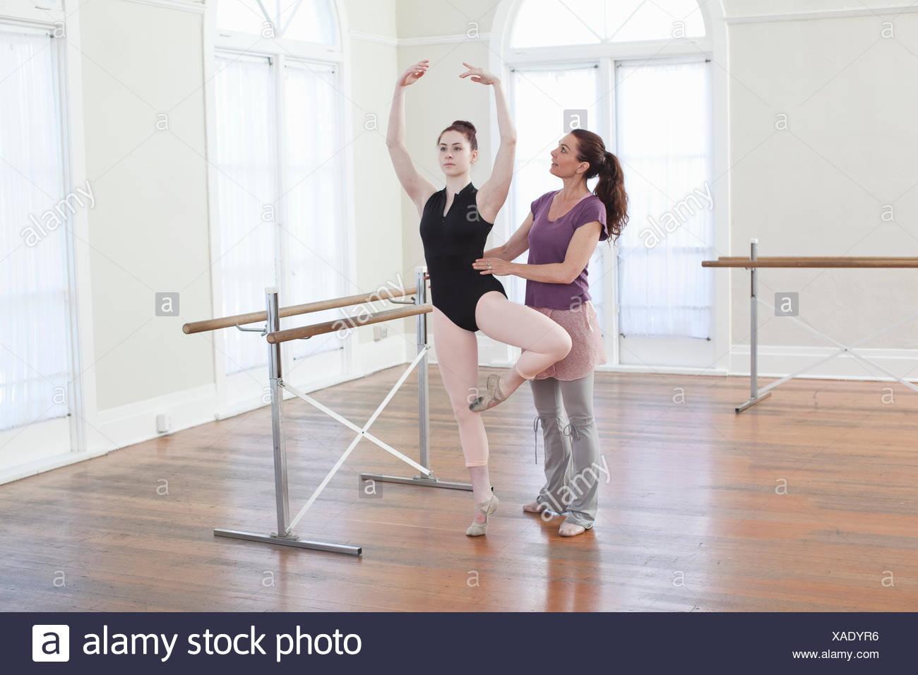 Ballett-Lehrauftrag für Teenager Ballerina Ballet School Lehrer Stockbild