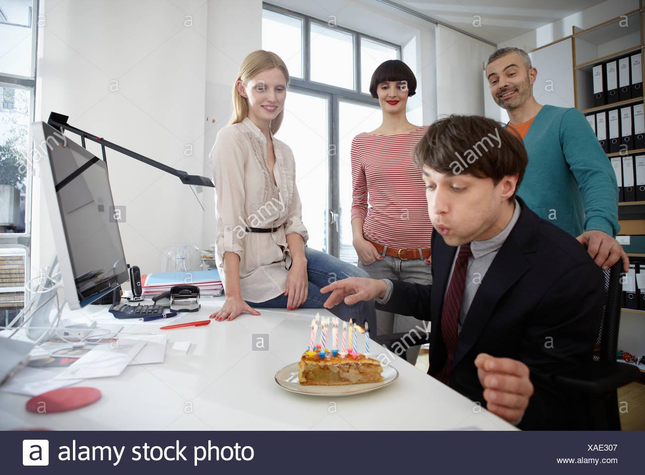 Deutschland Koln Manner Und Frauen Feiert Geburtstag Stockfoto