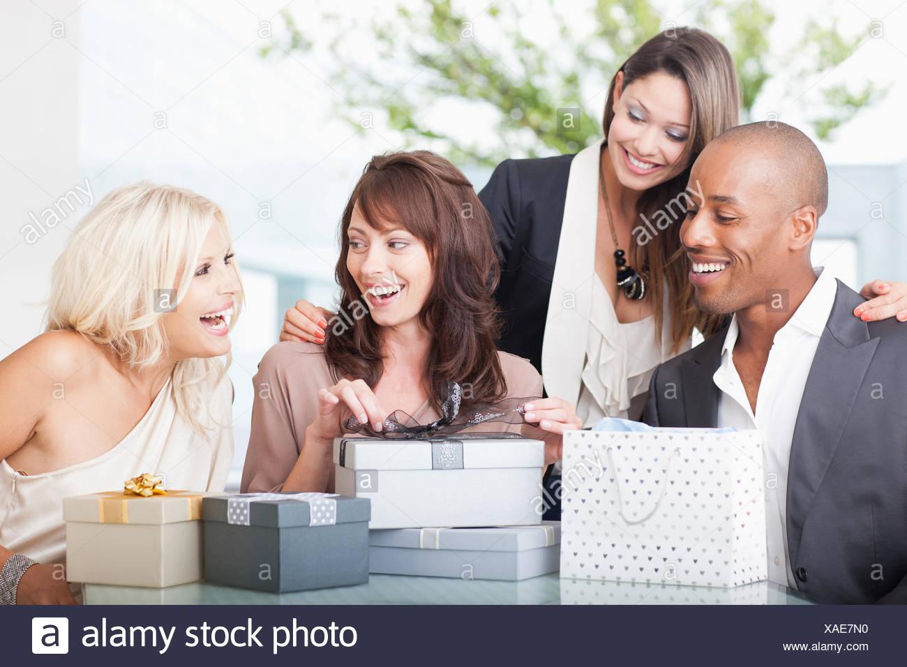 Freunde, die Geschenke zu öffnen Stockbild