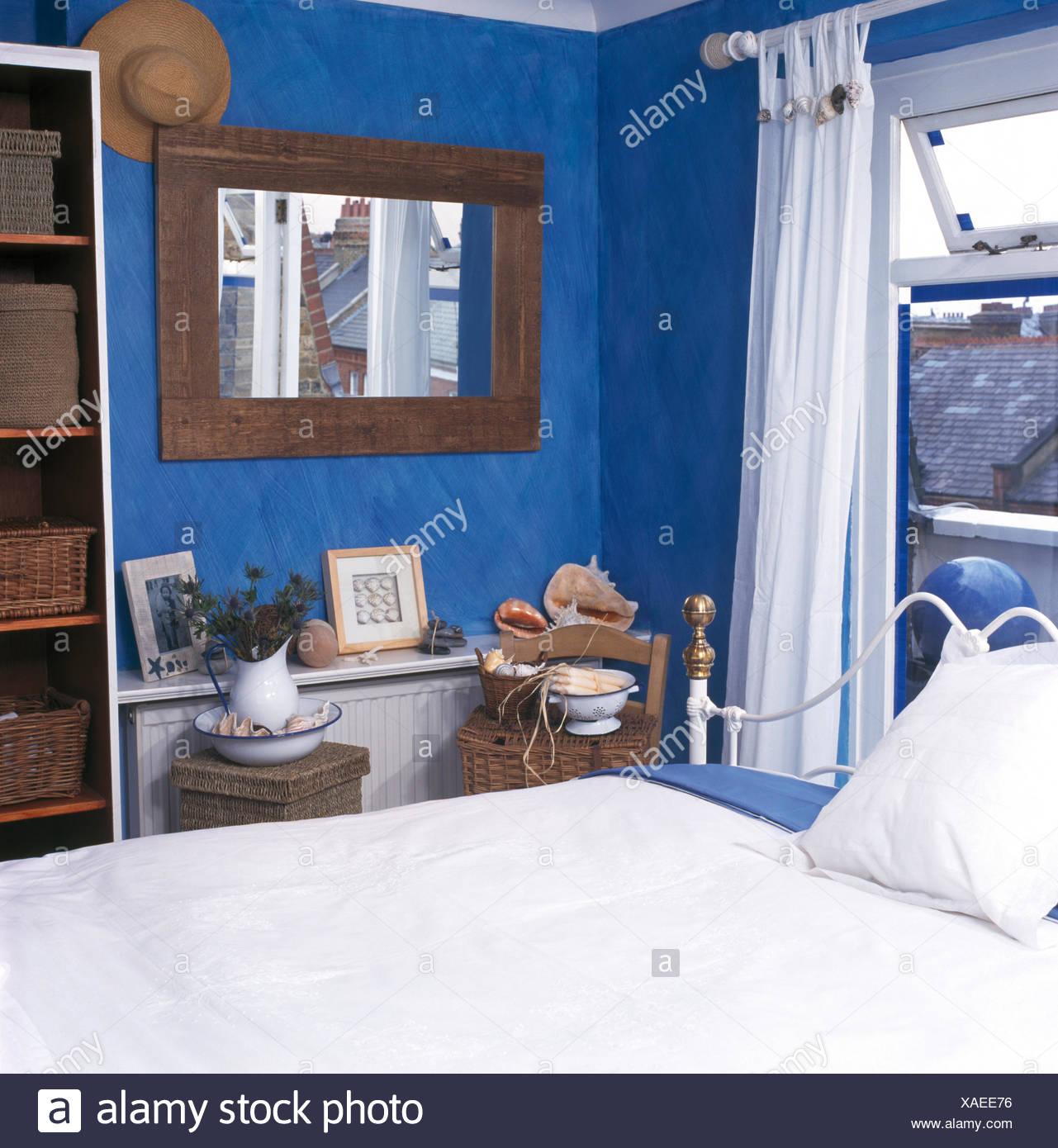 Holz Spiegel Im Schlafzimmer Hell Blauen Wirtschaft Stockfoto Bild