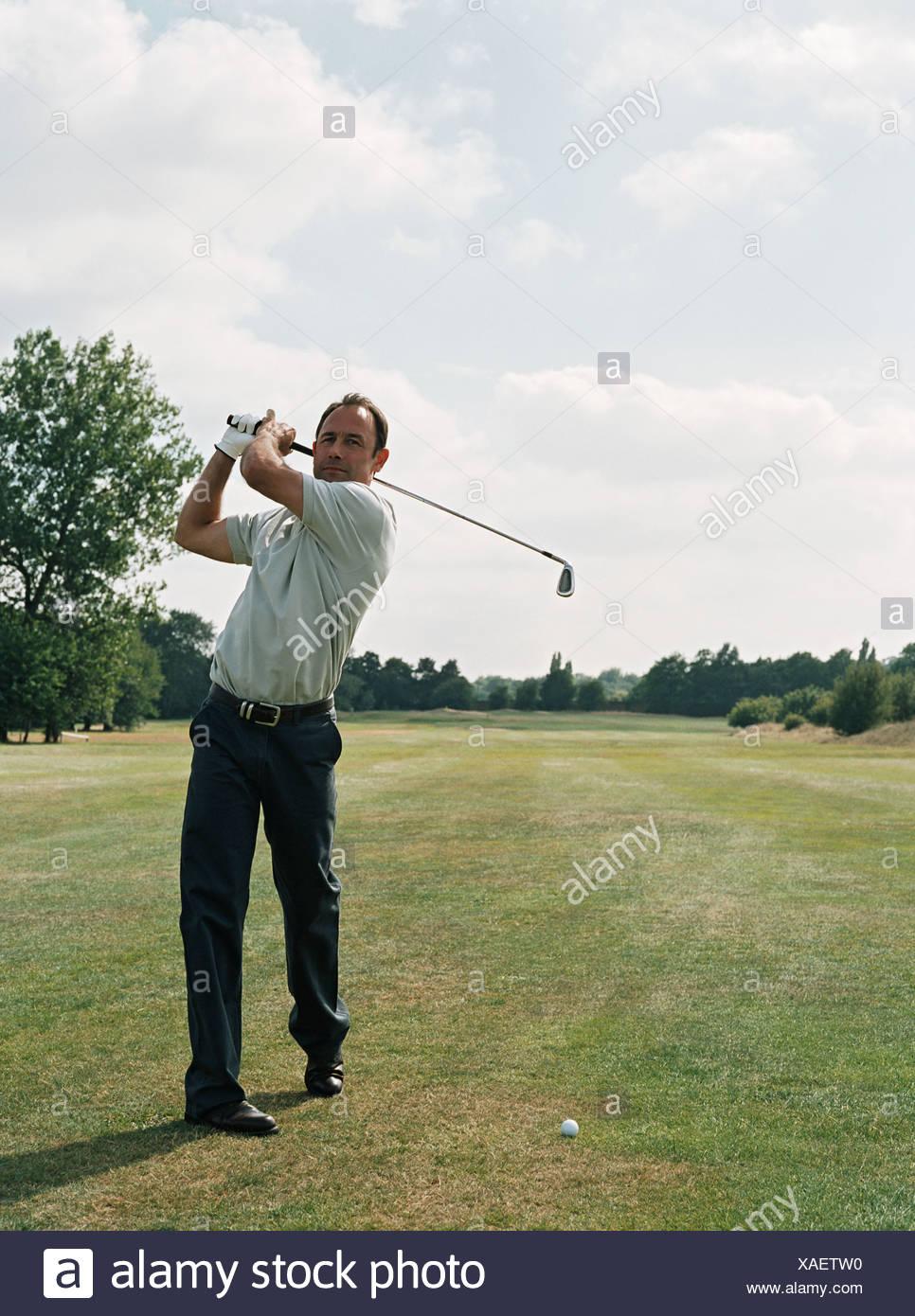Golfspieler schwingen Golfclub Stockbild