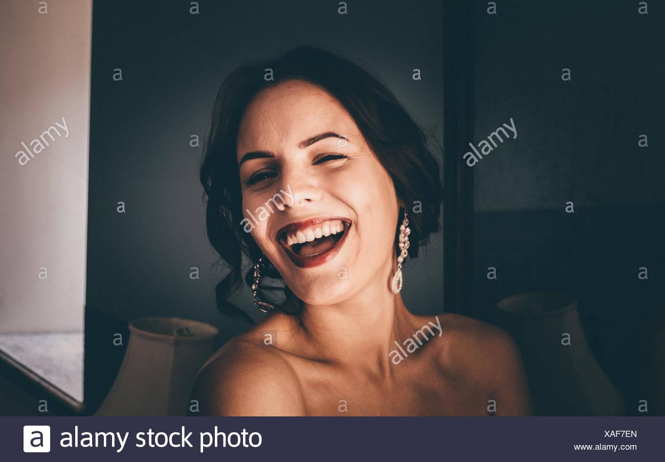 Porträt des jungen stets gut gelaunte Frau zwinkert zu Hause Stockbild