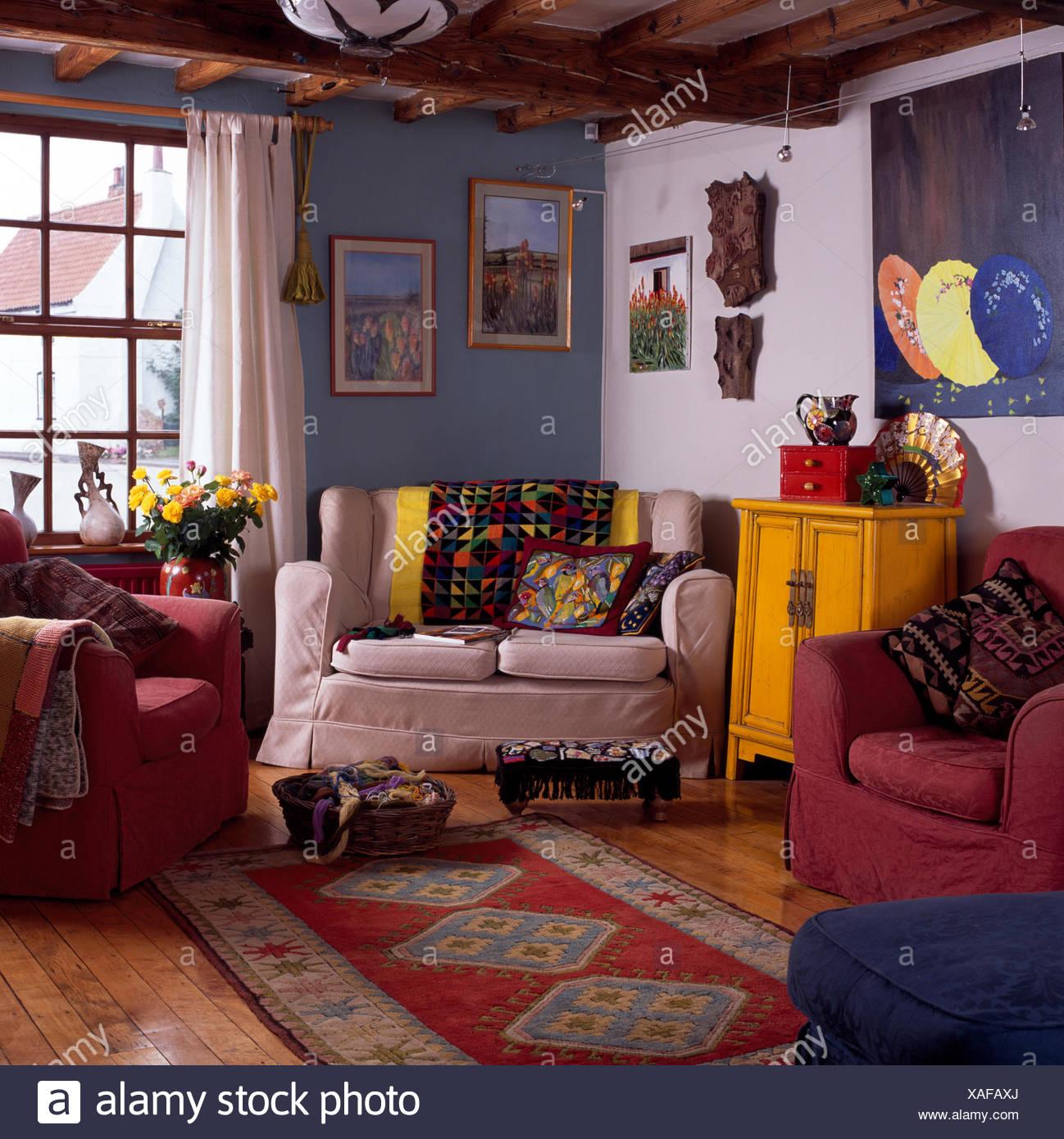 Gemusterten Teppich in blau-weißen Haus Wohnzimmer mit ...
