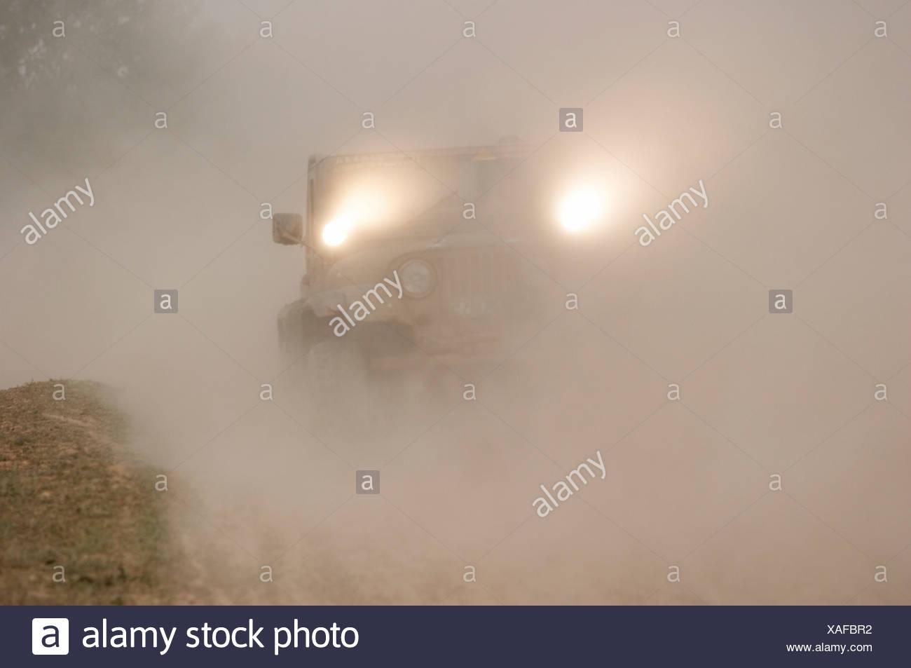 Jeep fährt in Staub auf Rallye Berlin-Breslau Stockbild