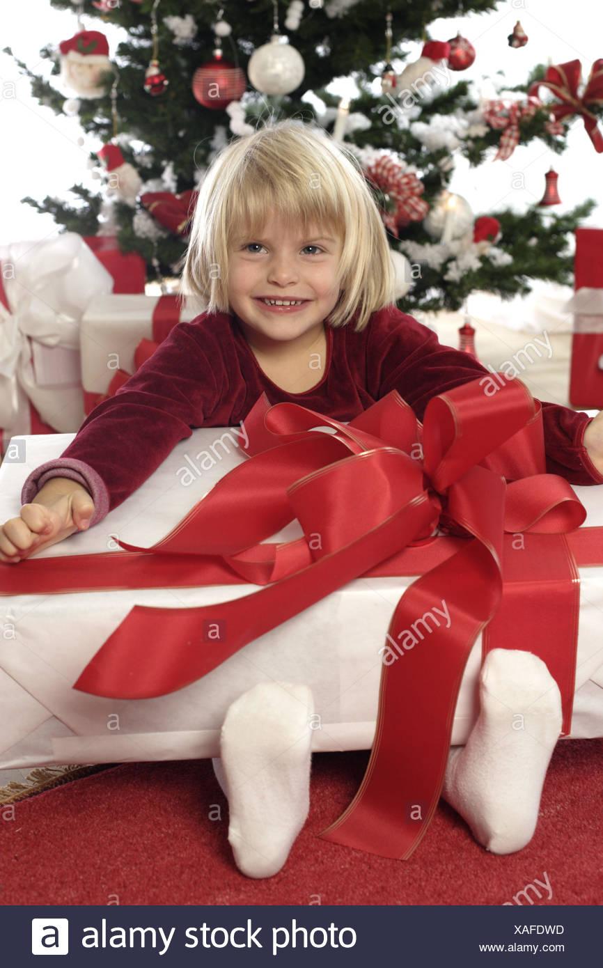 Weihnachten, Weihnachtsbaum, Bescherung, Mädchen, Geschenk, lachen ...