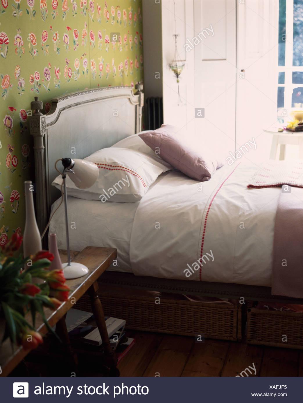 Weisse Bettwasche Kissen Und Laken Auf Grau Lackiert Bett Mit