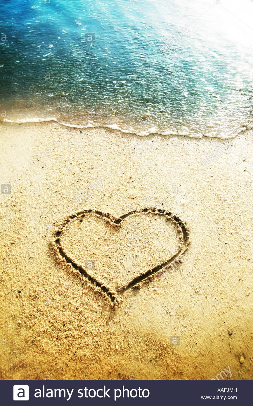 Herzform in den Sand gezeichnet Stockbild