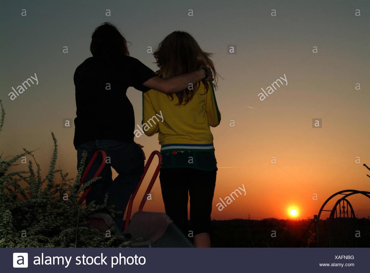 Teenager, Sonnenuntergang, romantisch, Liebespaar Stockbild
