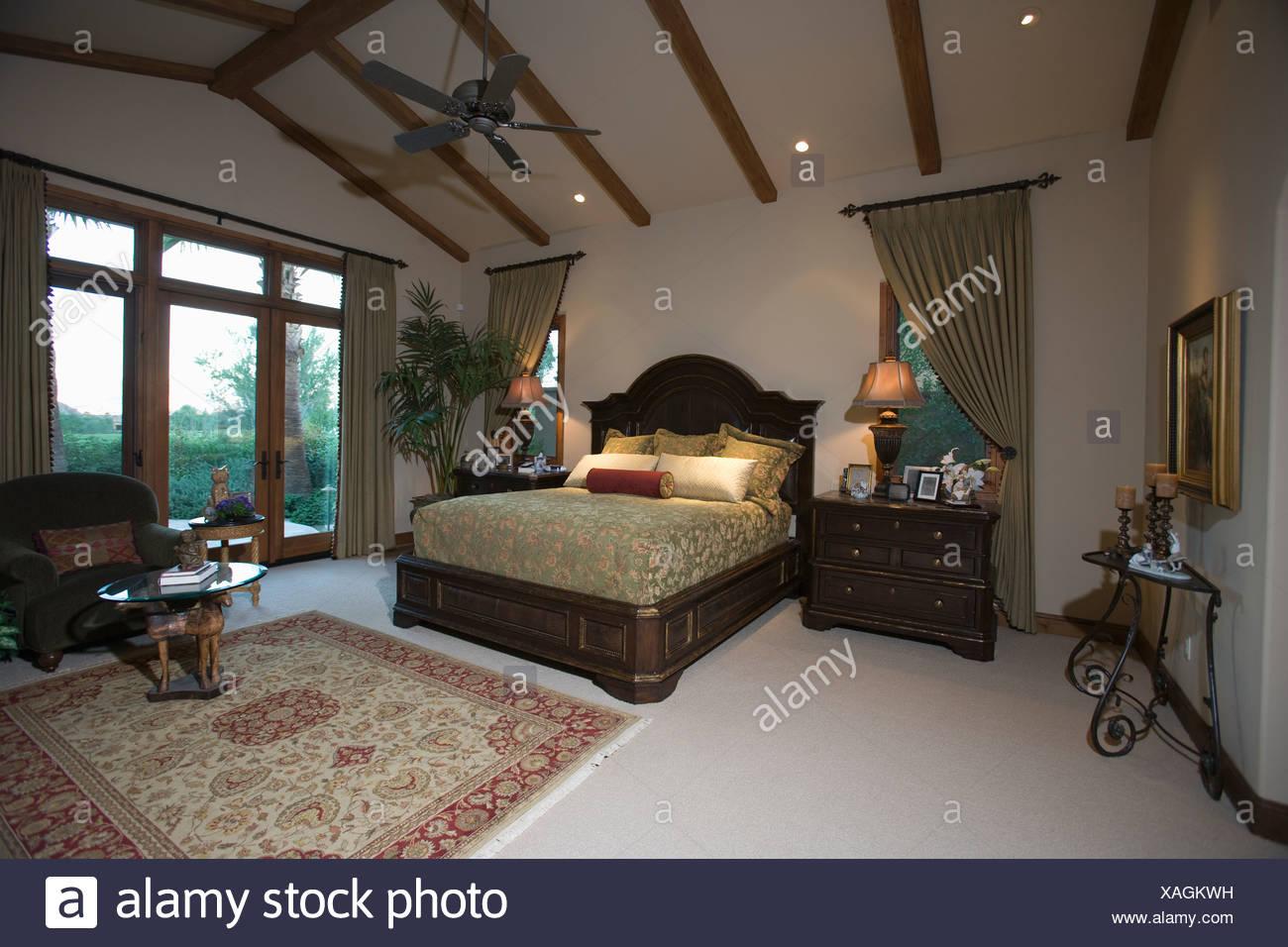 Palm springs schlafzimmer mit holzbalken decke und - Schlafzimmer decke ...