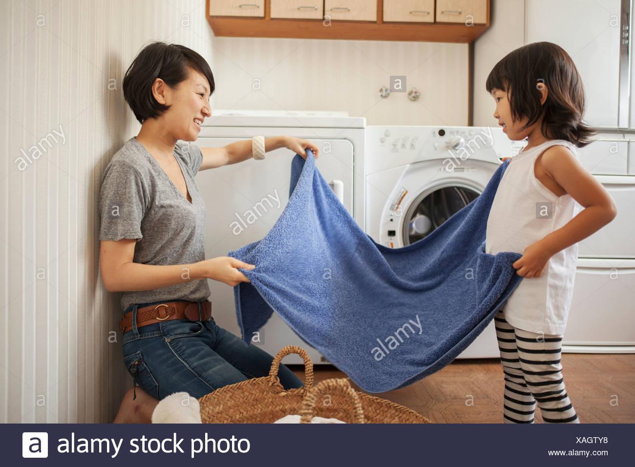 Mutter und Tochter Handtuch Falten Stockbild