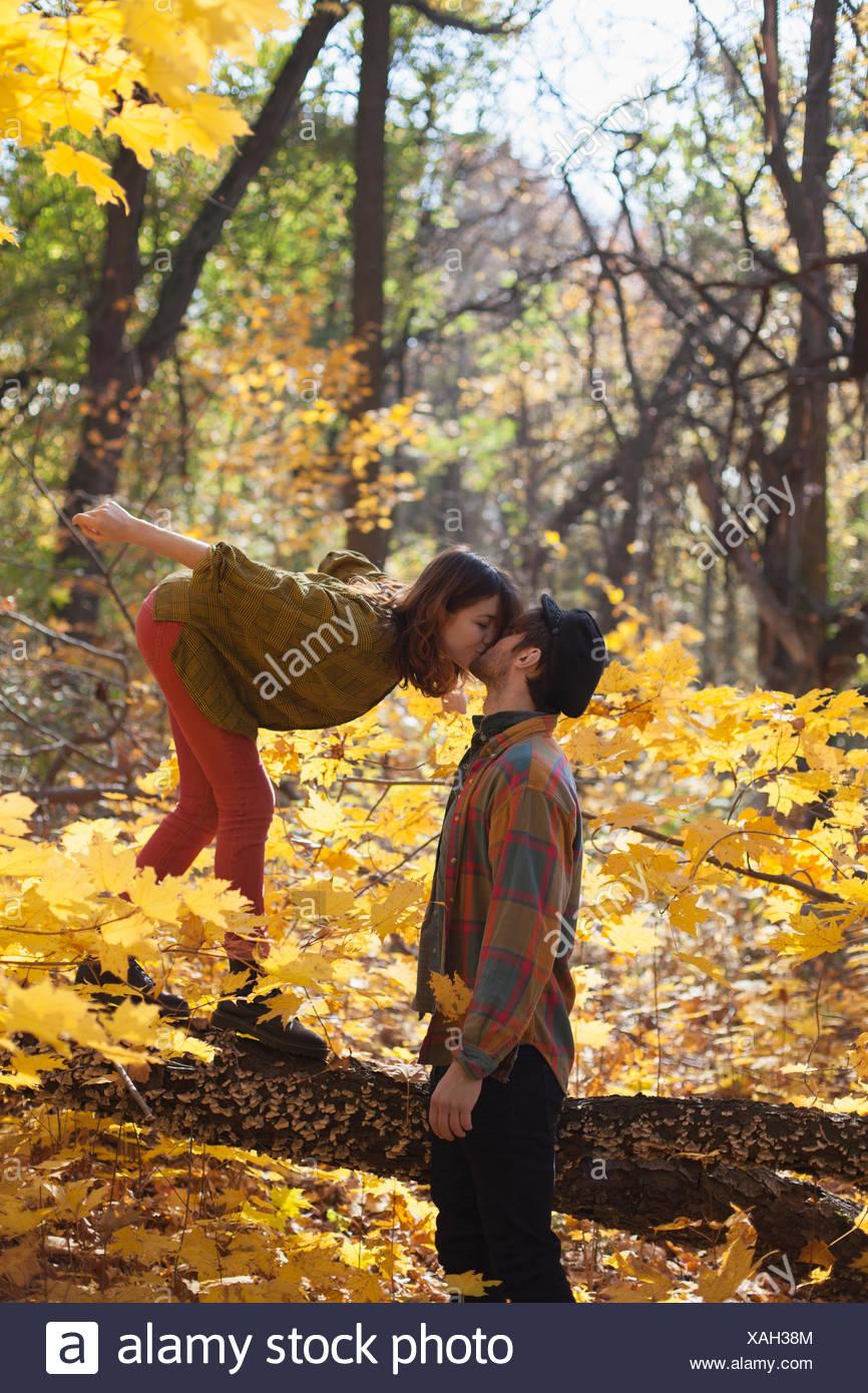 Glückliches junges Paar küssen im park Stockbild