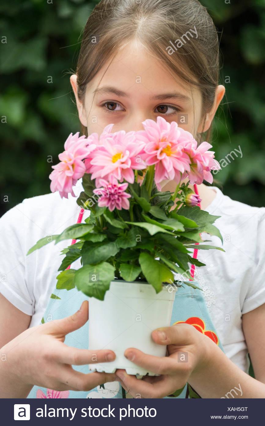 Mädchen-Topf mit Blumen in den Händen halten Stockbild