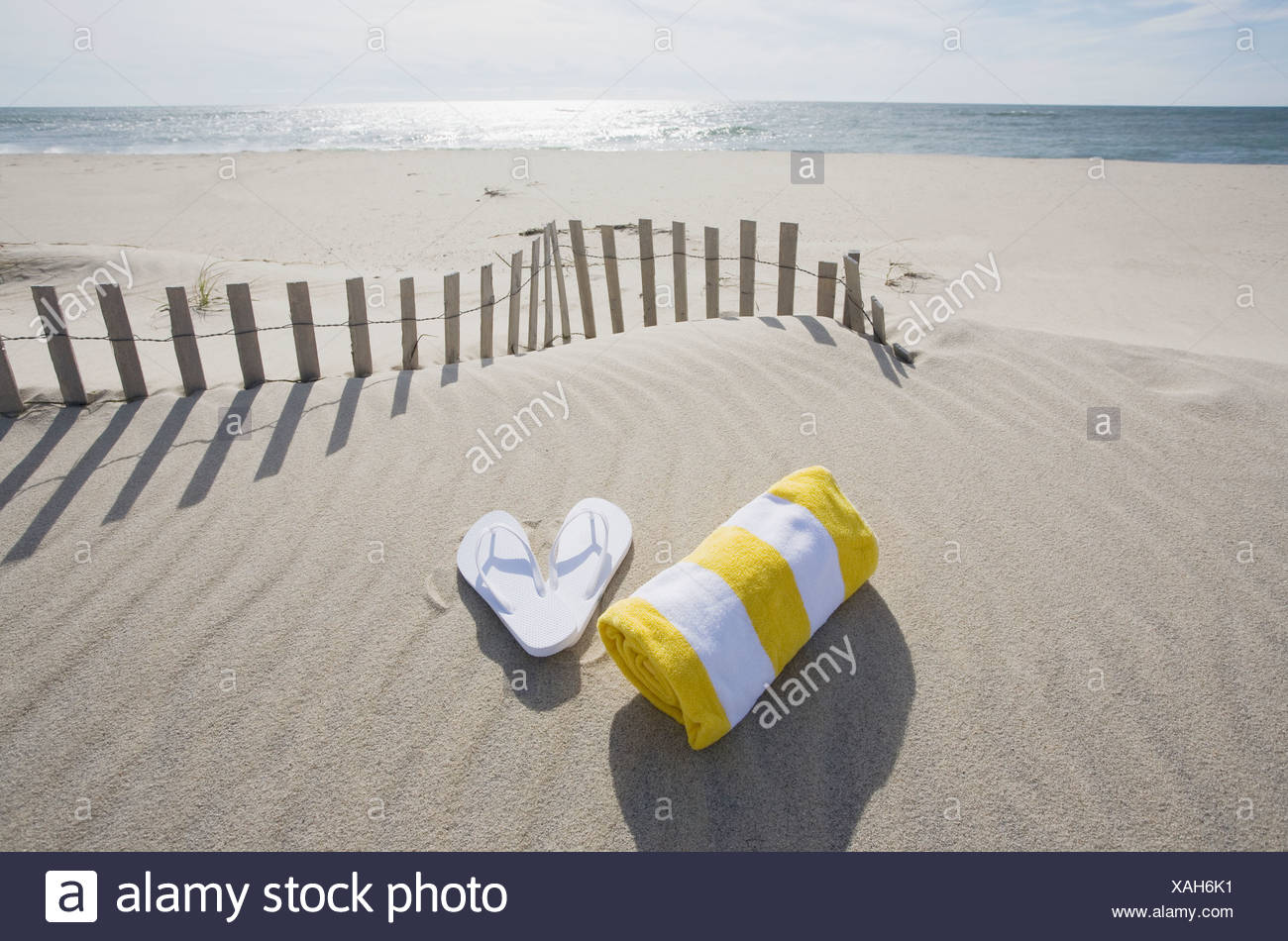412a9757f3bd5 Flip Flops And Towel Stockfotos   Flip Flops And Towel Bilder - Alamy