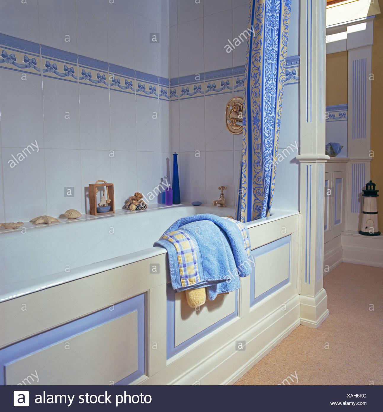 Blau + weiß Duschvorhang auf Bad im Badezimmer mit blauen Fliesen ...