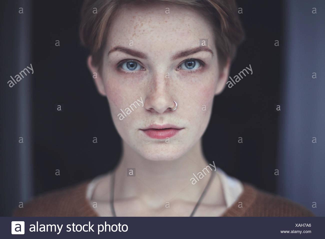 Porträt der Frau mit Sommersprossen Stockbild