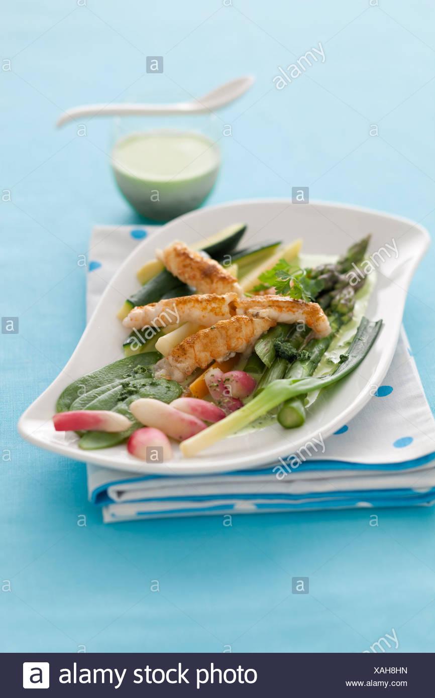 Mischmasch von Gemüse mit Scampi Stockfoto