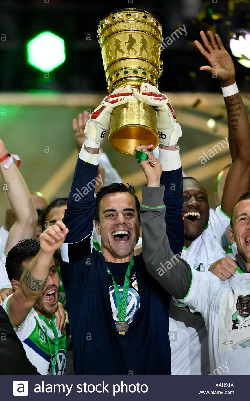 Dfb Pokalfinale 2015 Trophäe In Händen Des Vfl Wolfsburg Torhüter