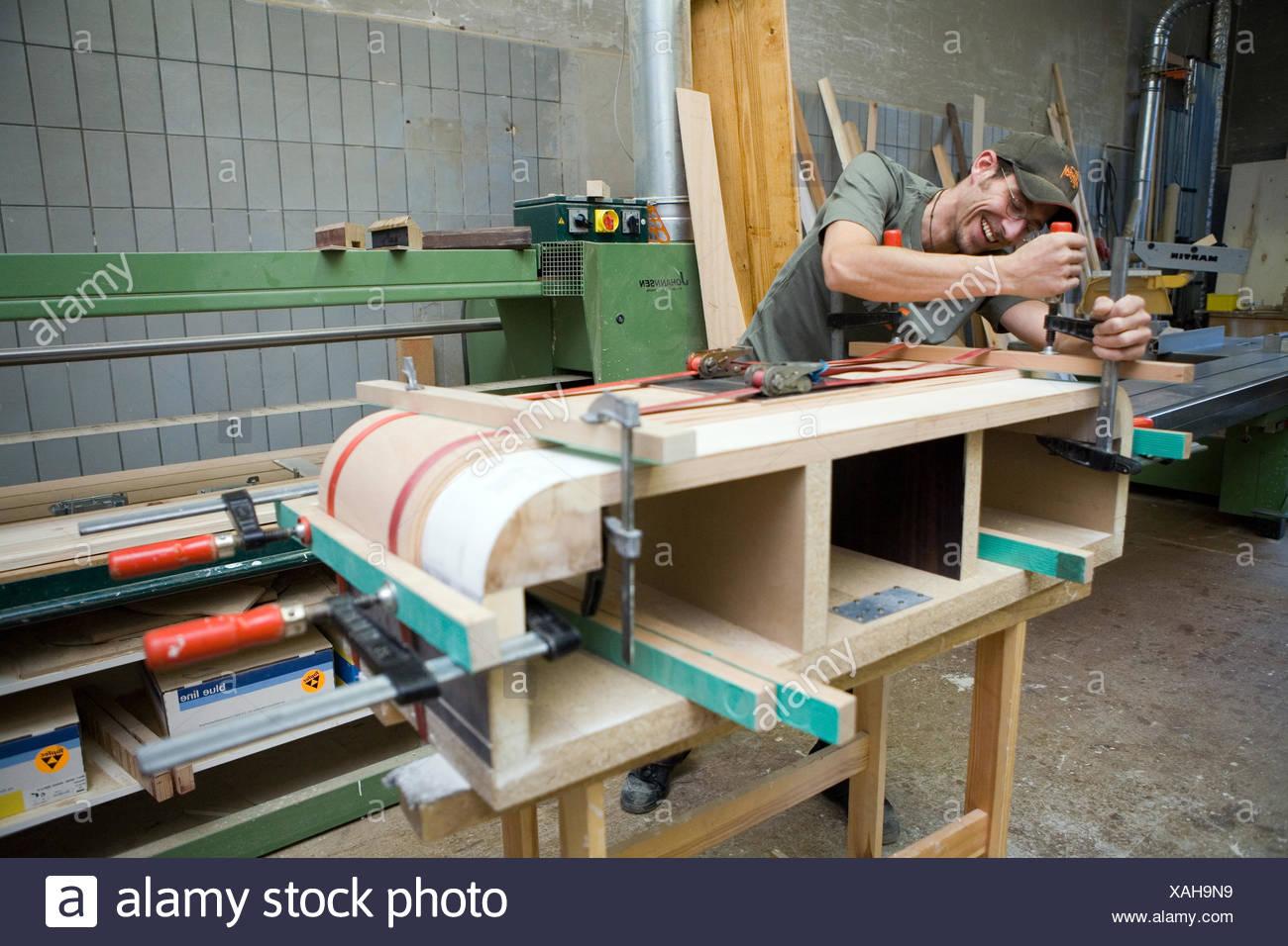 Berlin, Deutschland, ein Tischler bei der Arbeit Stockbild