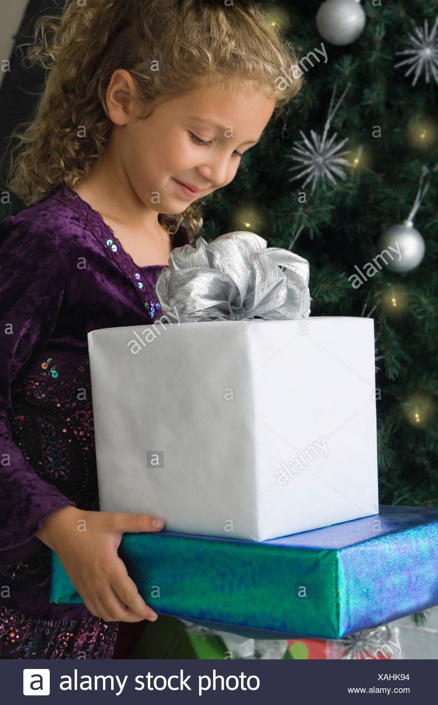 Mädchen tragen Weihnachtsgeschenke Stockfoto, Bild: 281900784 - Alamy