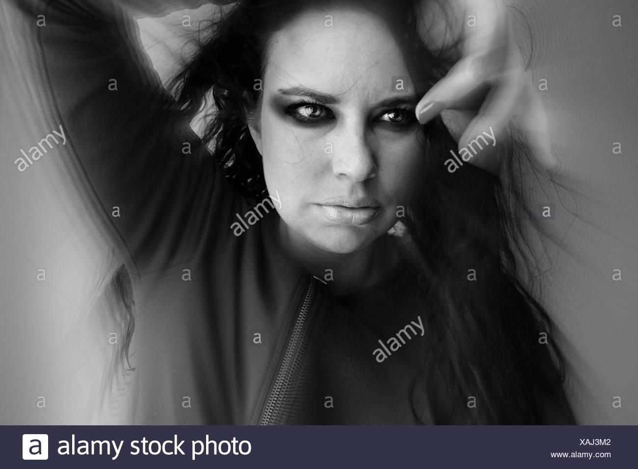 Vorderansicht des Mode-Modell vor grauem Hintergrund Stockbild
