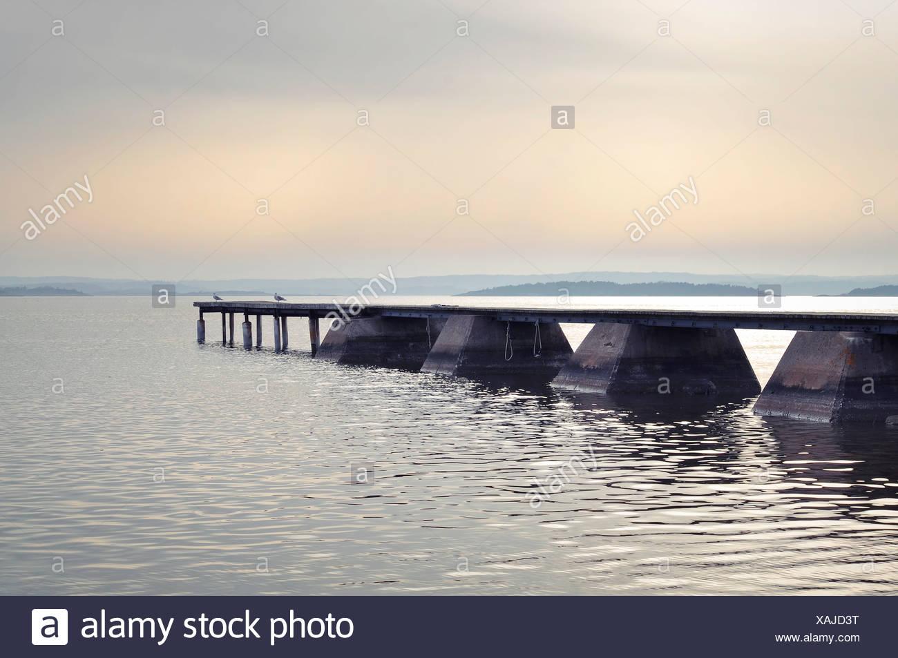 Idyllischer Blick auf Steg im See Stockbild