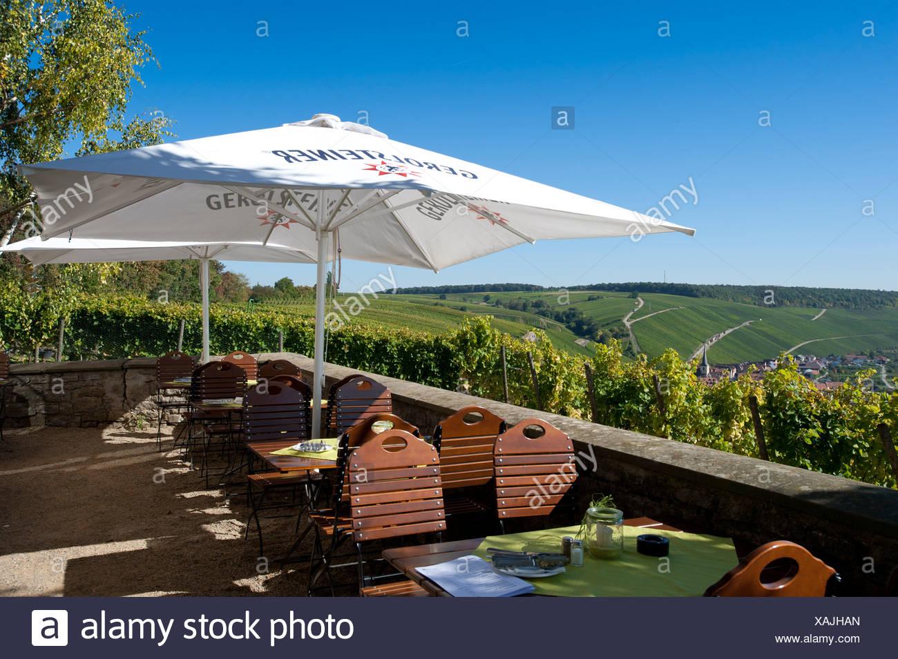Restaurant-Terrasse, Vogelsberg Burg auf der Schleife des Flusses Main, untere Franken, Deutschland, Europa Stockbild