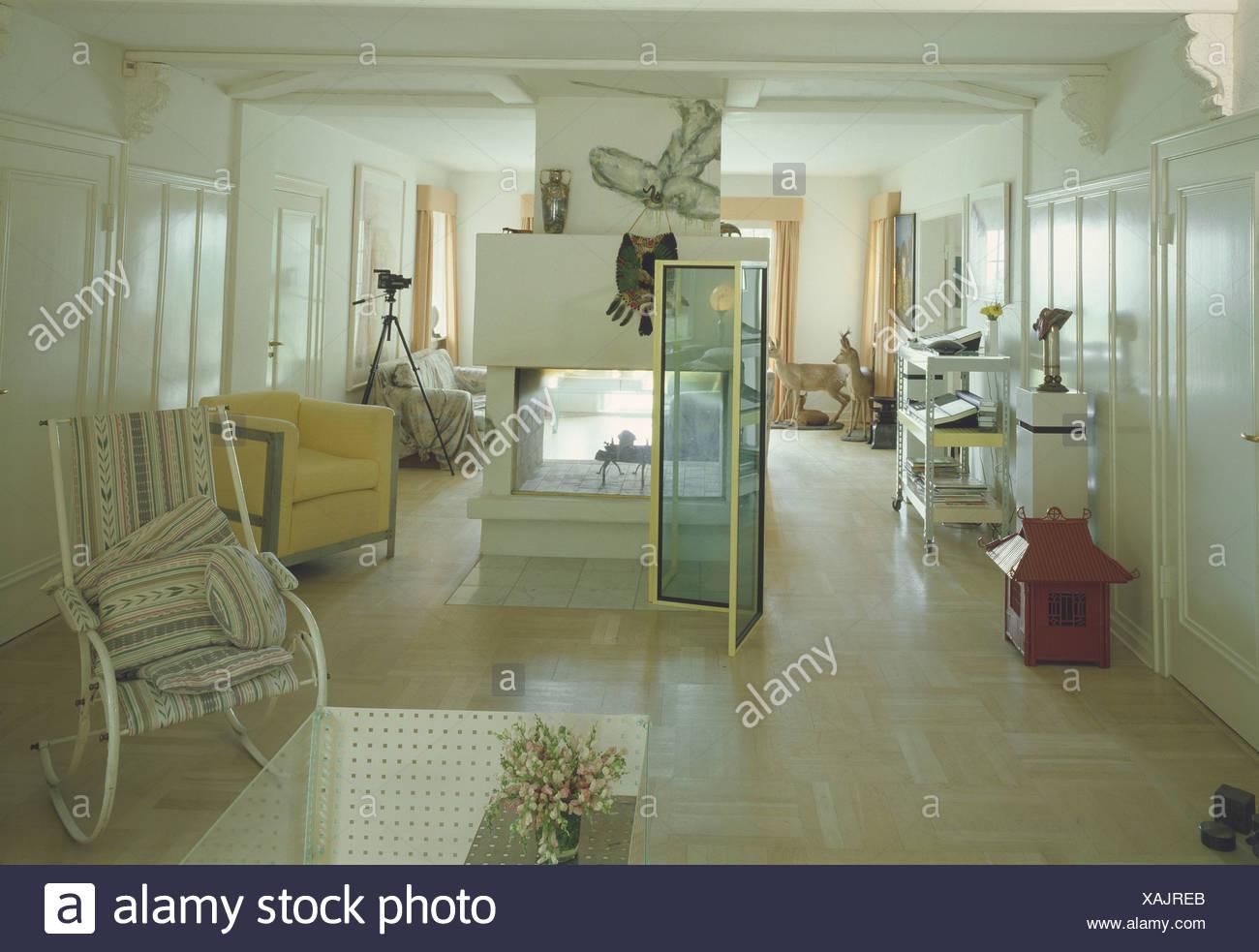 Luftige Wohnzimmer Bereich Blass Und Gedeckte Farbgebung, Kamin In Der Mitte  Und Nicht übereinstimmende Auflistung Von Objekten Einschließlich