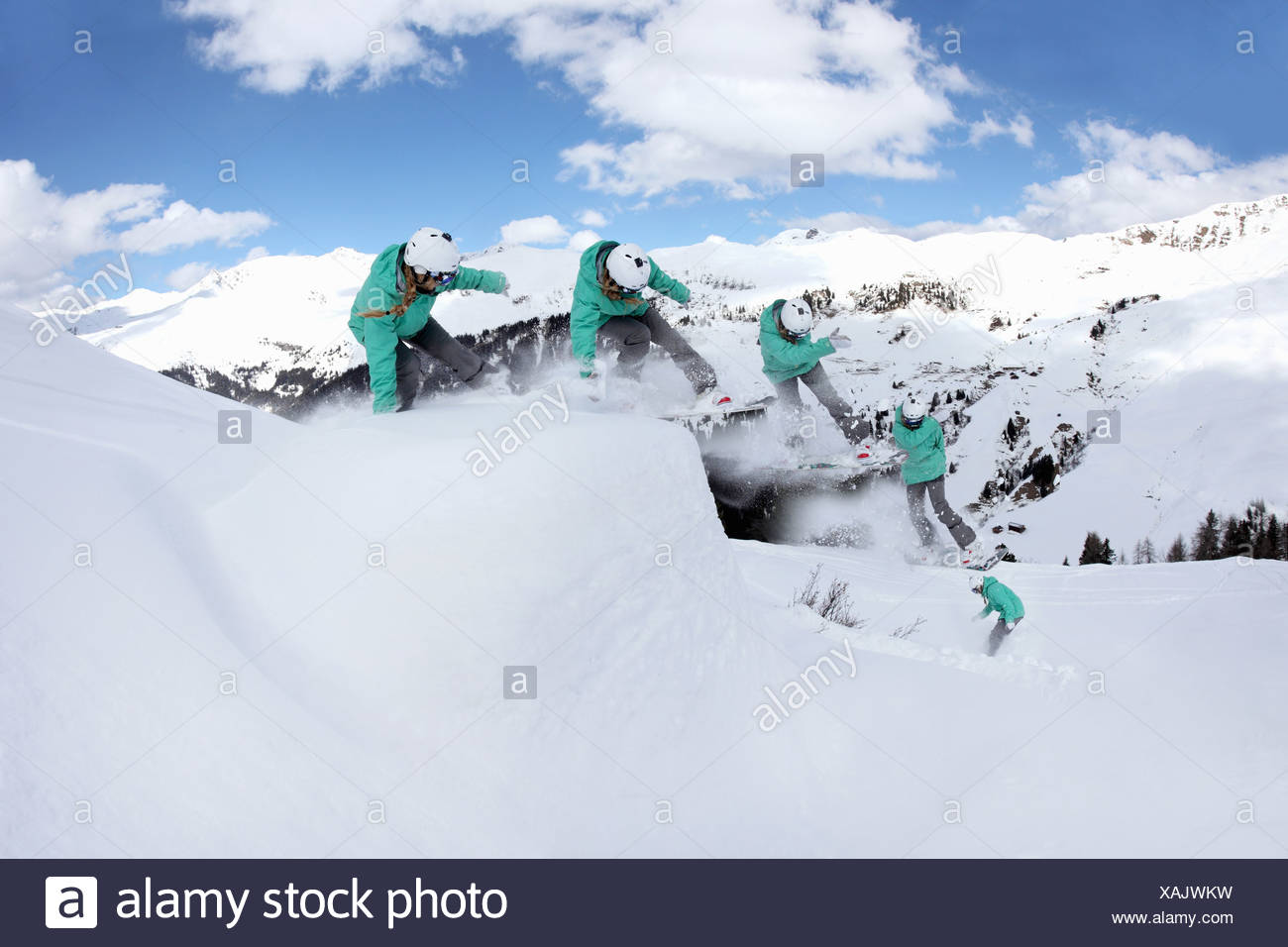 Multi-Exposure jungen Frau Snowboarden auf Berg, Mayrhofen, Tirol, Österreich Stockbild