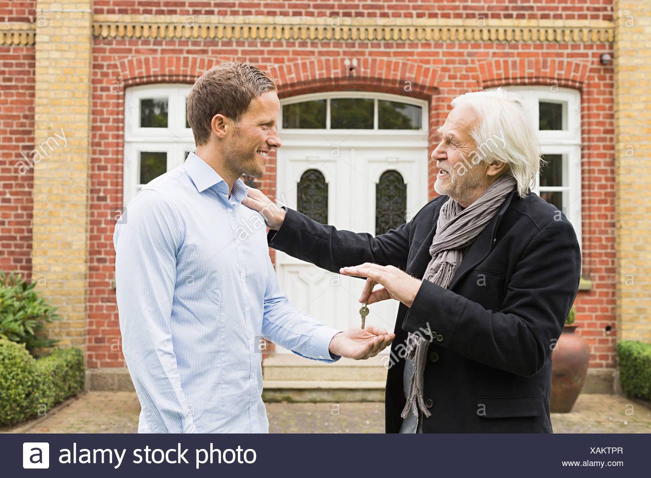 Vater und Sohn Schlüssel außen Haus Stockbild