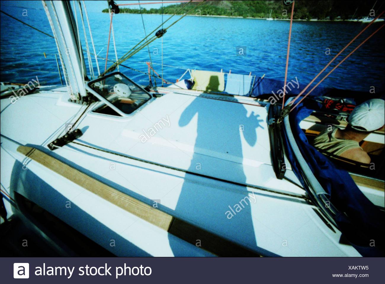Schatten des Mannes auf Boot Stockbild